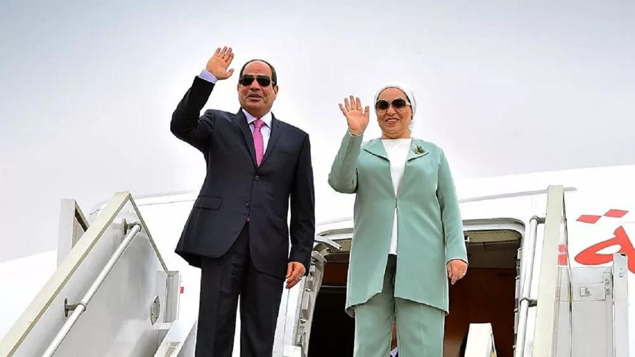 صورة في بر الرياض تجمع السيسي وزوجته أثناء عمله كملحق عسكري بالمملكة