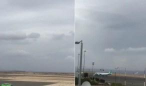 فيديو من مرصد مطار الملك سعود بالباحة لبداية تكون السحب الكثيفة اليوم