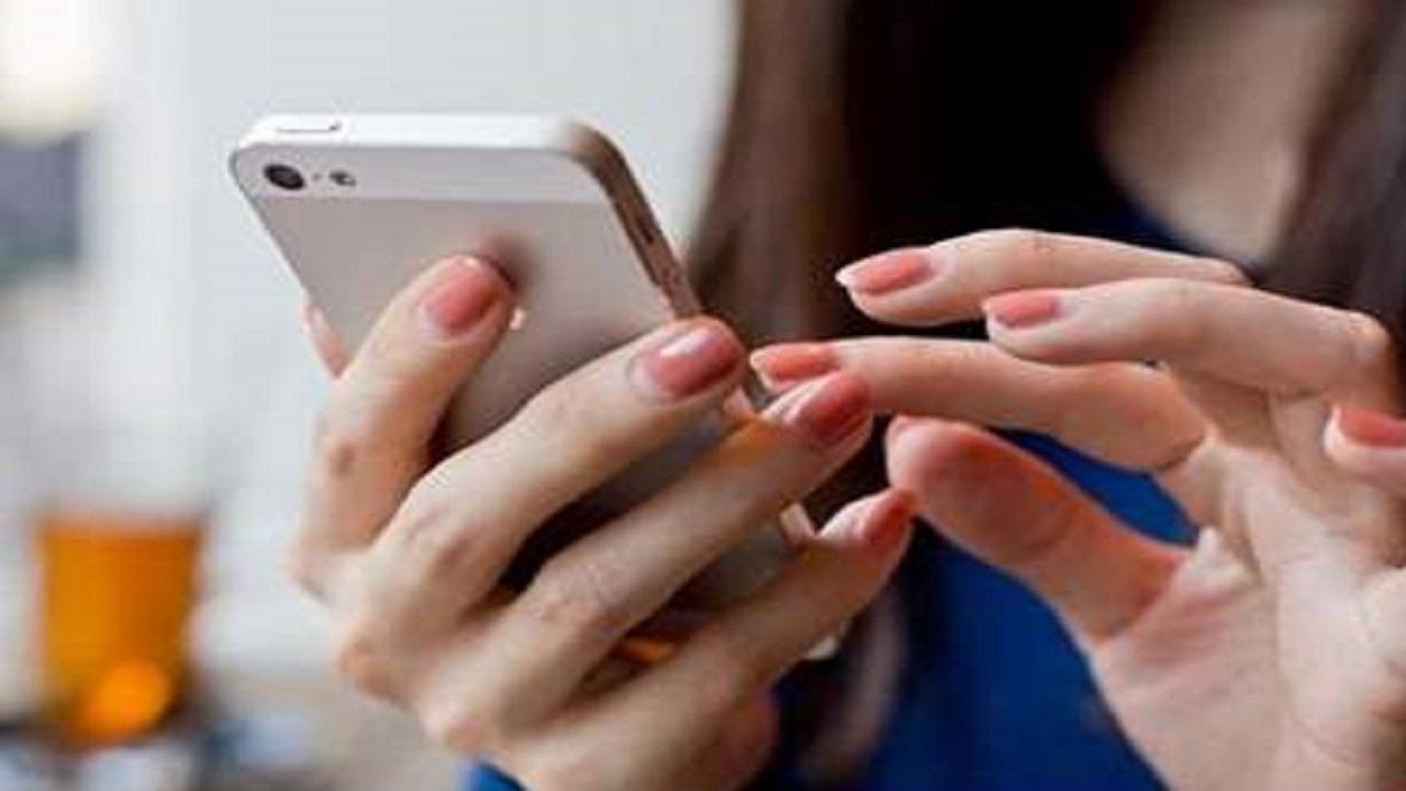 فتاة تصر على الطلاق بسبب اسمها في هاتف زوجها