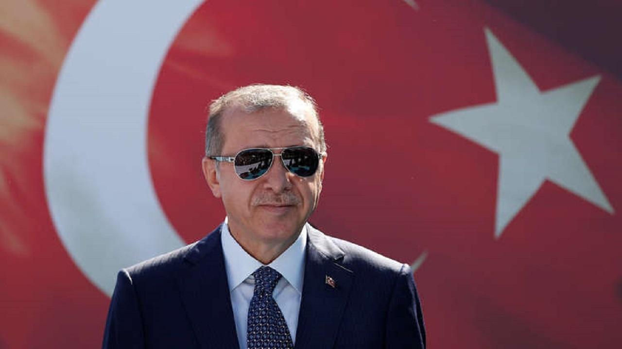 أردوغان يدعو شعبه للتقشف ويخطط لزيادة راتبه