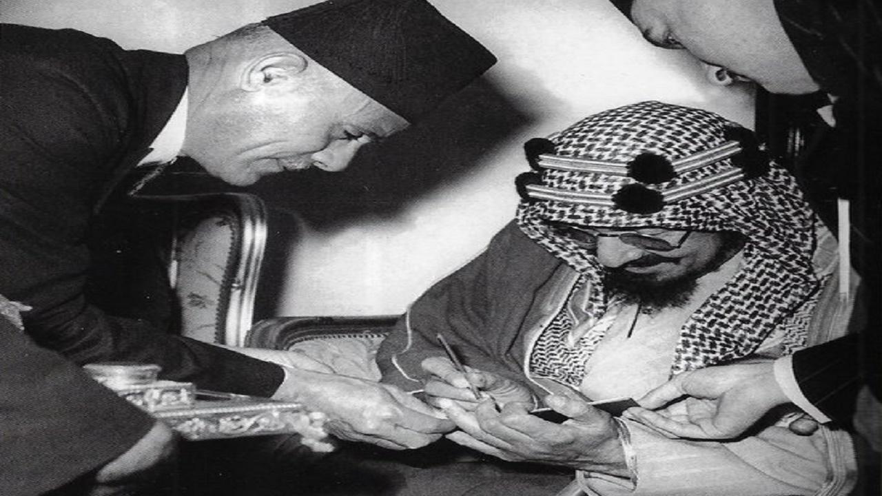 صورة نادرة للملك عبدالعزيز وهو يوقع في سجل الجامعة العربية