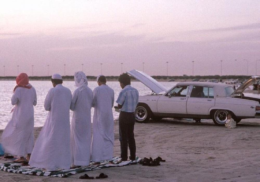 صورة جميلة لرجال يصلون على شاطئ العزيزية قبل 32 عام