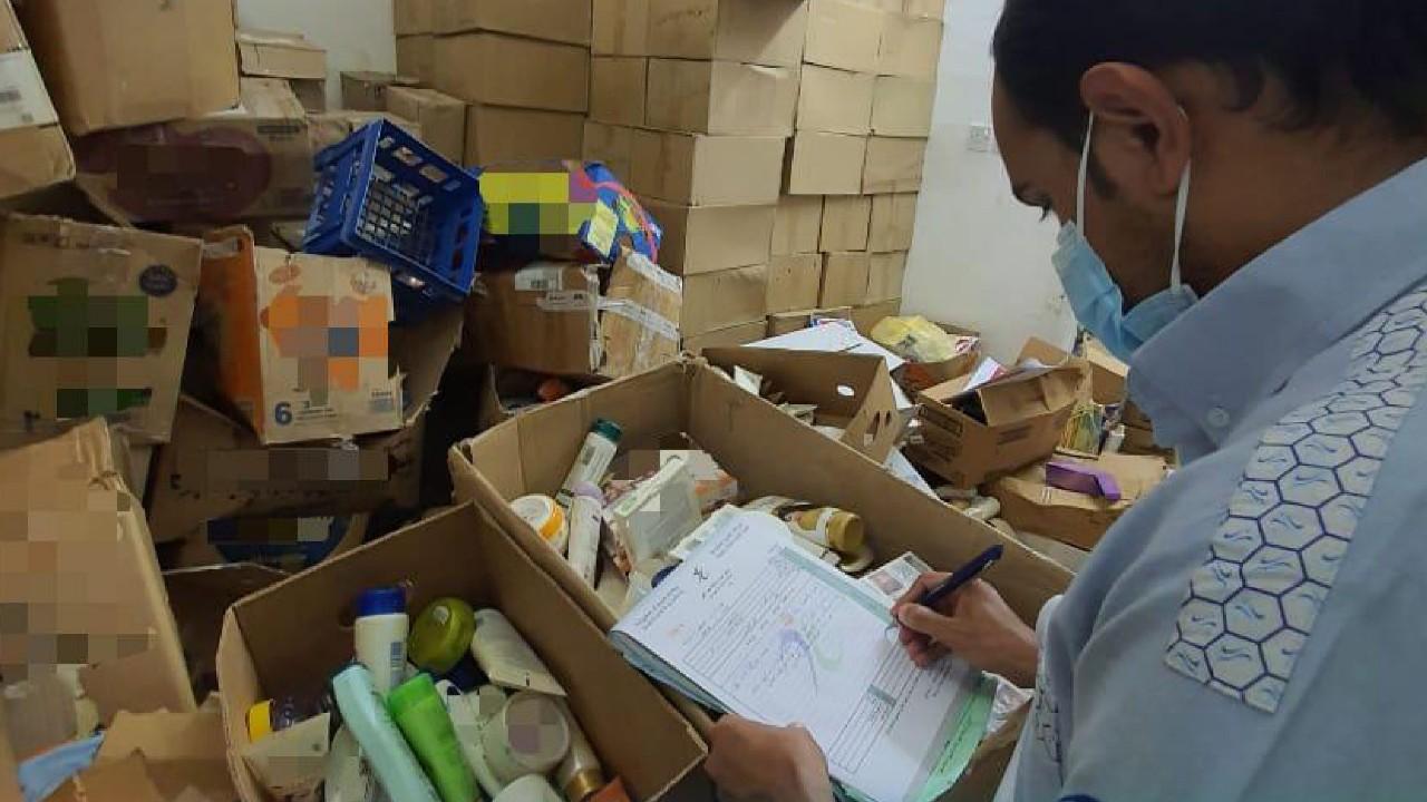 ضبط شقتين في الرياض تخزنمنتجات تجميلية مخالفة ومنتهية الصلاحية