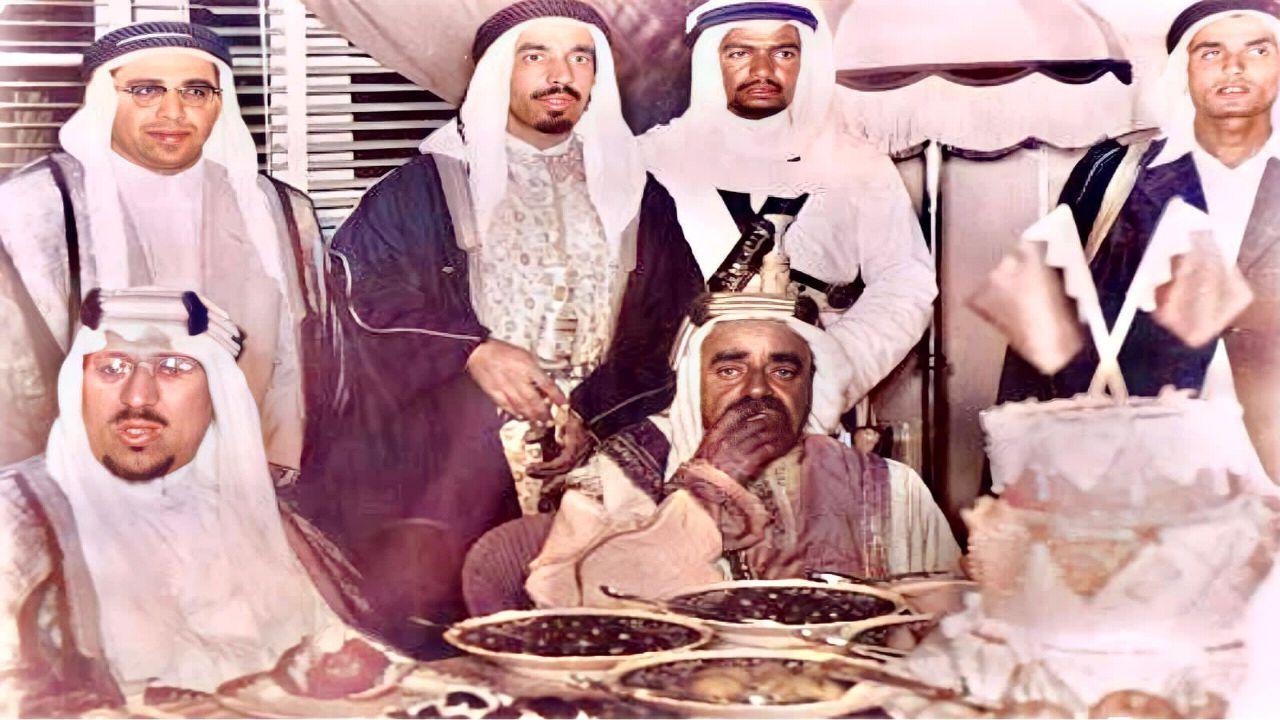 صورة نادرة للملك سعود خلال حفل عشاء في البحرين قبل 66 عاما