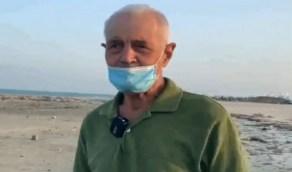 شاهد.. قصة مقيم يقضي نهاية الأسبوع بتنظيف شواطئ الخبر على مدار 30 عامًا