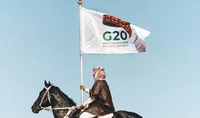 """قصة شاب ظهر بزي شعبي يحمل علم """" قمة العشرين """""""