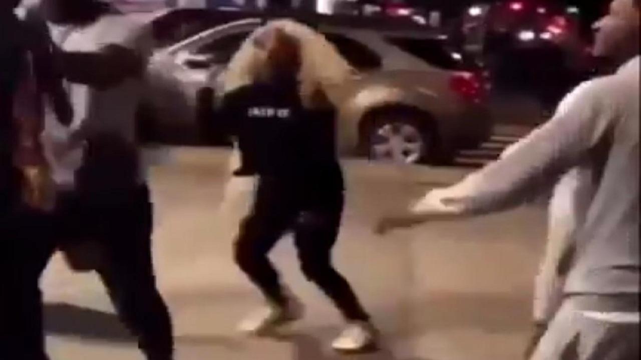 شاهد.. شجار عنيف بين شاب وفتاة في شارع عام