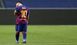 """بالفيديو .. الدموع تُغالب """"ميسي"""" حزناً على مارادونا"""