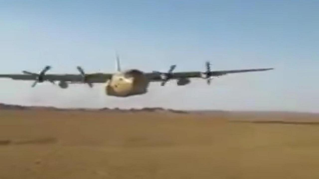 شاهد.  طيار سعودي يستعرض بطائرة نقل على ارتفاع خيالي