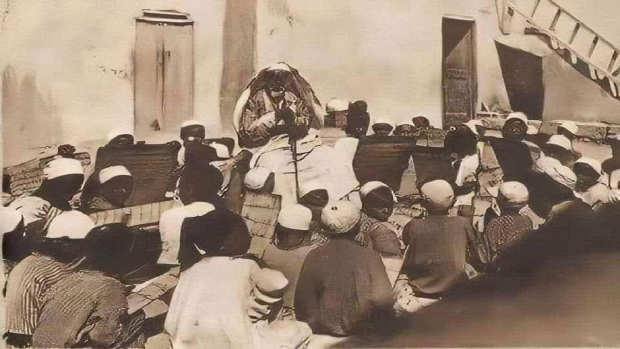 صورة تاريخية لأسد الصحراء عمر المختار وهو يحفظ الأطفال القرآن الكريم