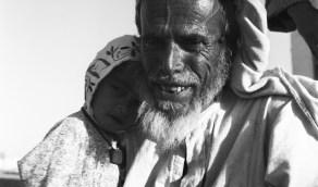 صورة مليئة بالحنان لرجل مسن يحتضن طفل بالشرقية منذ 66 عام