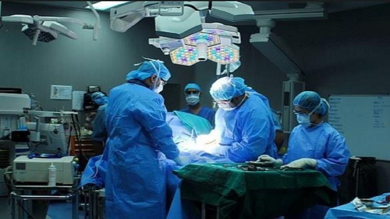 فريق طبي يجري جراحة نادرة ونوعية لإعادة الحركة لمريض في وادي الدواسر