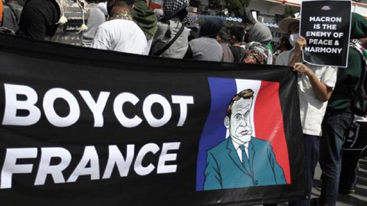آلاف المسلمين في إندونيسيا يتظاهرون مطالبين ماكرون بالاعتذار