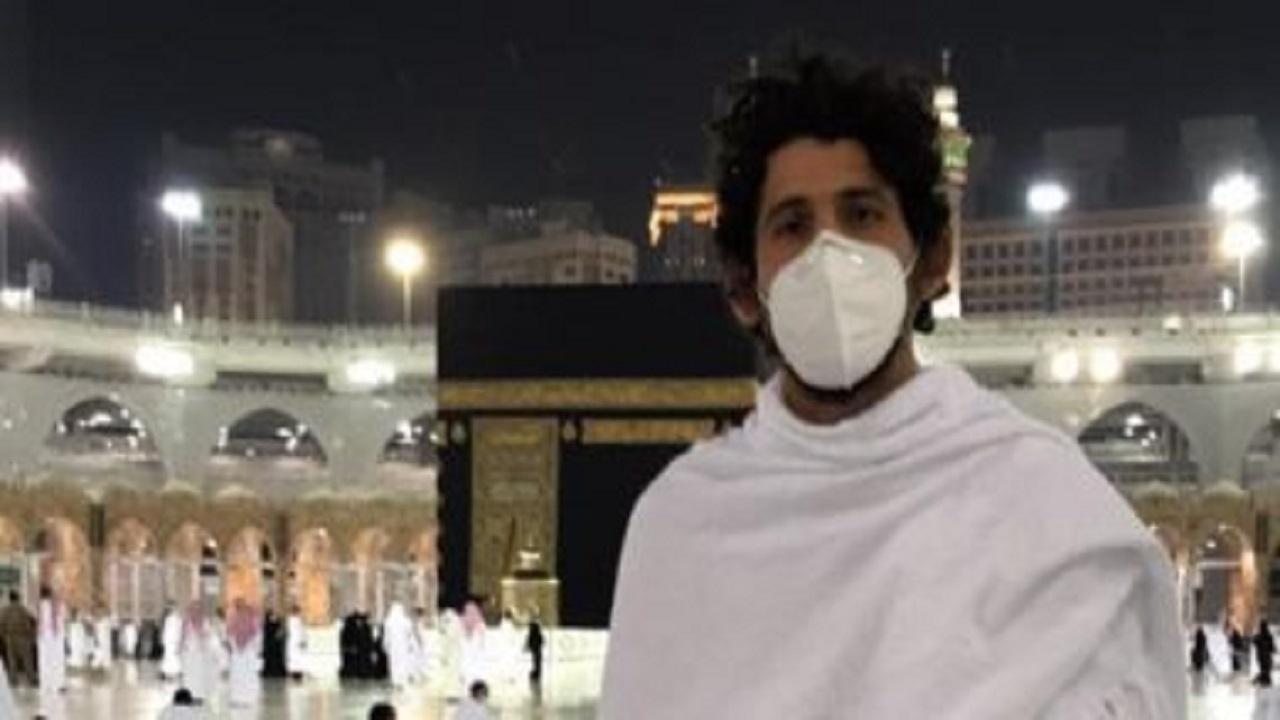 بالفيديو.. أحمد حجازي يؤدي مناسك العمرة برفقة عائلته