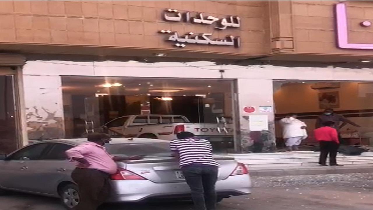 شاهد.. سيارة متهورة تقتحم واجهة مبنى في بريدة أثناء تواجد عمال أمامها