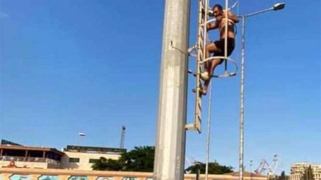 بائع يهدد بالانتحار من أعلى برج لعدم تخصيص محل له