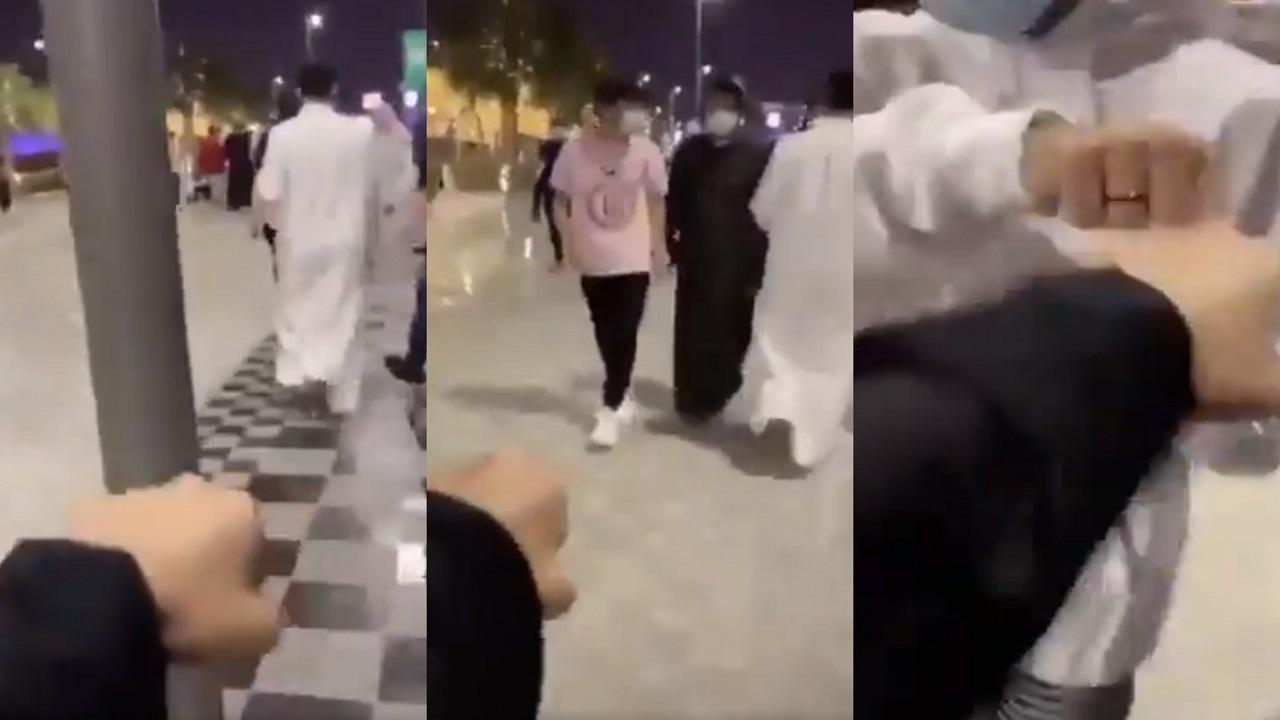 """بالفيديو..مواطنة تثير الجدل بسلامها على الشباب في """" تحدي اليد """""""