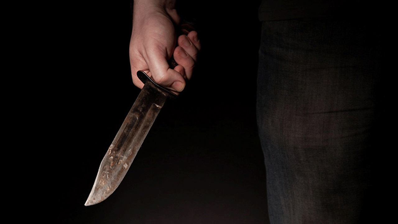 ستيني يطعن زوجته بالسكين أثناء نومها
