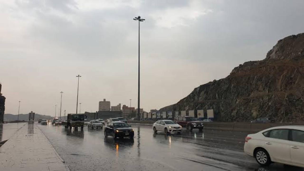 الدفاع المدني يطالب بالابتعاد عن مجاري السيول والأودية في مكة