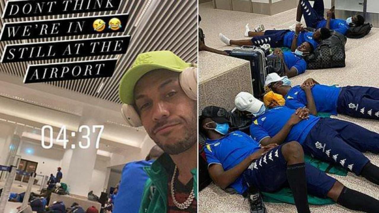 بالصور.. لاعبو منتخب الغابون ينامون على الأرض في المطار قبل ملاقاة غامبيا