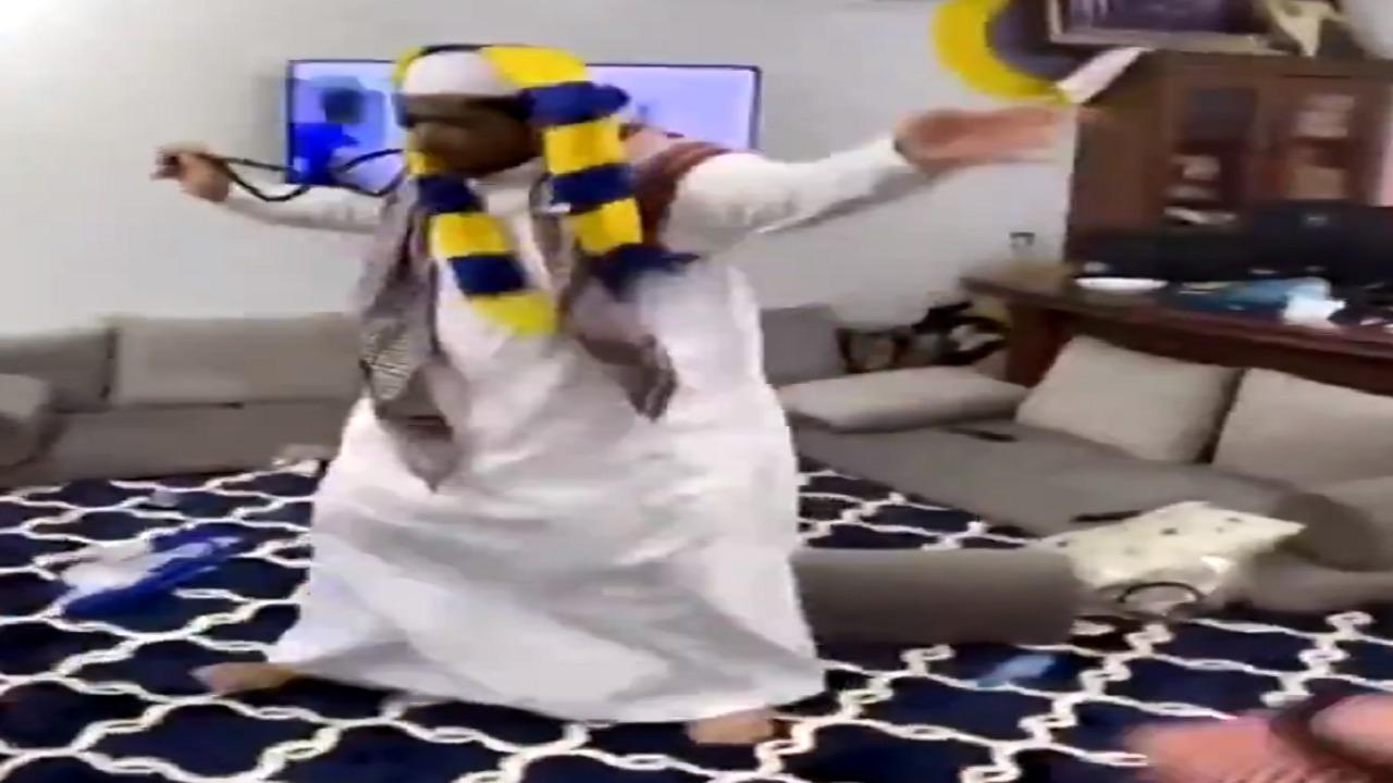 بالفيديو..مشجع نصراوي يجلد صديقيه بعد هدف غوميز