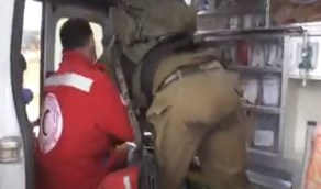 شاهد..إسرائيليون يعتدون على فلسطيني مصاب داخل سيارة الإسعاف