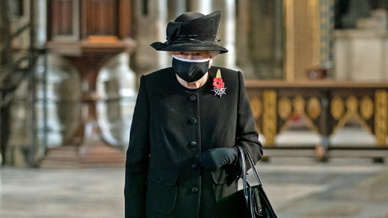 """إليزابيث """" وحيدة """" خلال تكريم قتلى الحروب"""