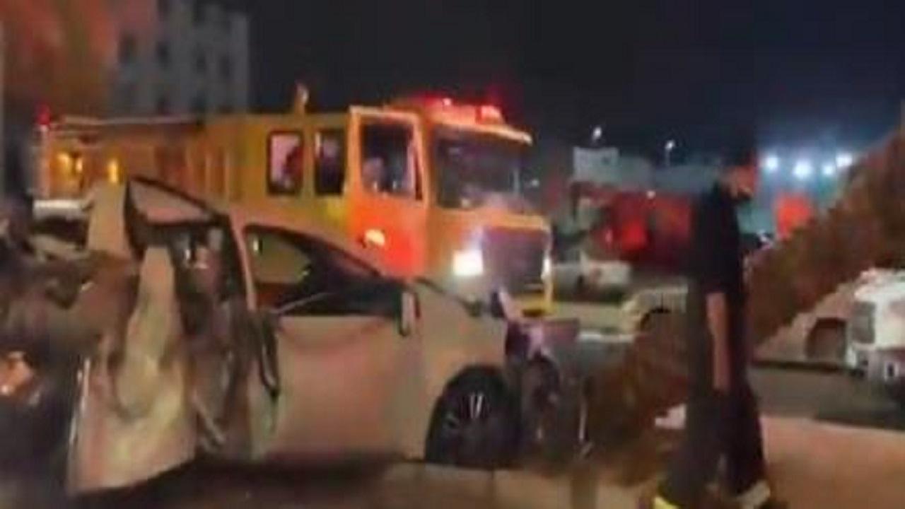 مدني مكة يقص حديد سيارة اصطدمت بنخلة لإخراج المصابين