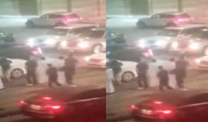 شاهد .. امرأة تتهجم على سائق وتصدم سيارته عمدًا بالقطيف