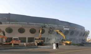 بالصور.. بدء إزالة مبنى السفينة الشهيرة في جدة