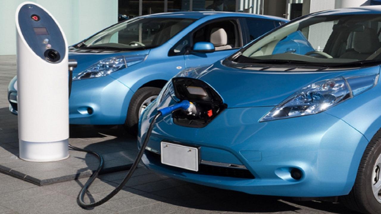 """""""تسلا"""" تخطط لشحن السيارات الكهربائية بصورة أسرع"""