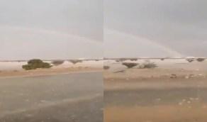 بالفيديو.. أمطار غزيرة تسود أجواء الخرمة