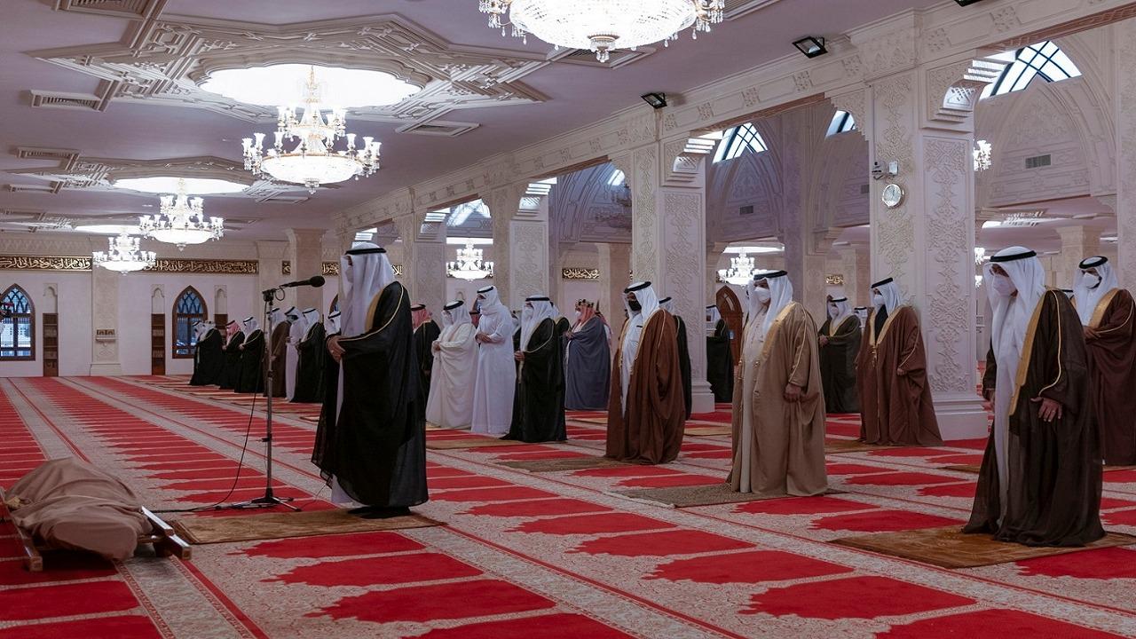 بالصور..صلاة الجنازة على الأمير خليفة بن سلمان بحضور ملك البحرين
