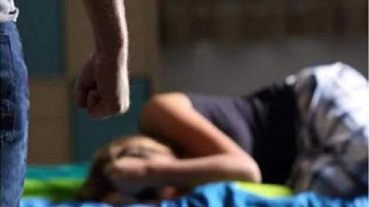 القبض على لبناني اغتصب ابنته أمام والدتها