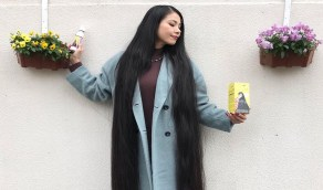 بالصور.. فتاة تترك شعرها دون قص 15 عامًا