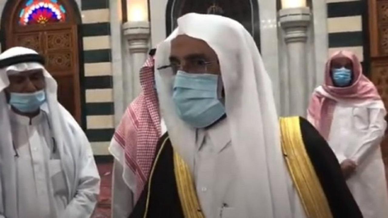 """بالفيديو.. توجيه مهم من """"آل الشيخ"""" للأئمة خلال تفقده مسجد الخندق بالمدينة المنورة"""