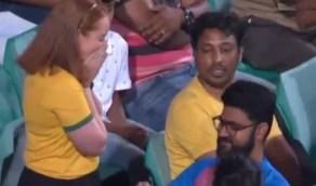 بالصور.. شاب يطلب الزواج من فتاة خلال مشاهدتهما إحدى المباريات