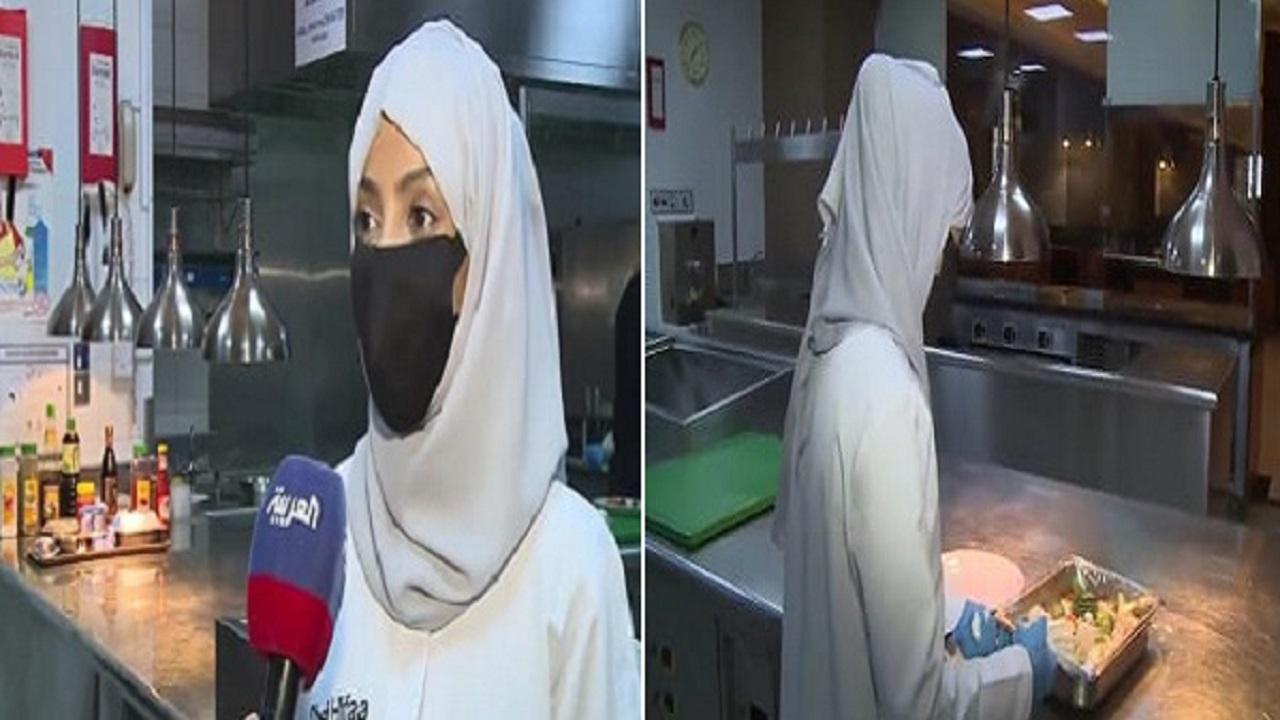 بالفيديو.. مواطنة تعد وجبات للمعتمرين القادمين من الخارج أثناء فترة العزل الإحترازي