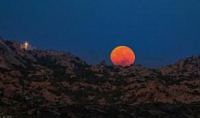بالصور.. القمر يعانق مرتفعات المحفار بتنومة