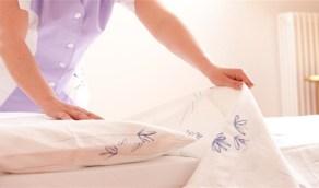 """دراسة تحذر من عدم تغيير ملاءات السرير """"تحتوي على بكتيريا أكثر من المرحاض"""""""