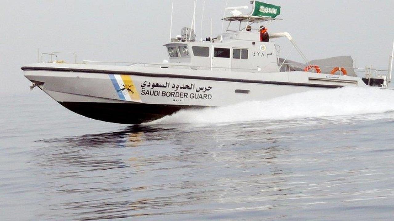 حرس الحدود يخلي بحاراً هندياً على متن سفينة في مياه البحر الأحمر