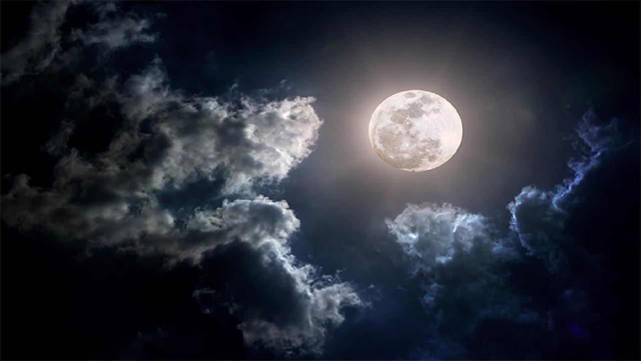 بالفيديو.. مواطن يرصد لقطات رائعة لطلوع القمر من شرفة منزله
