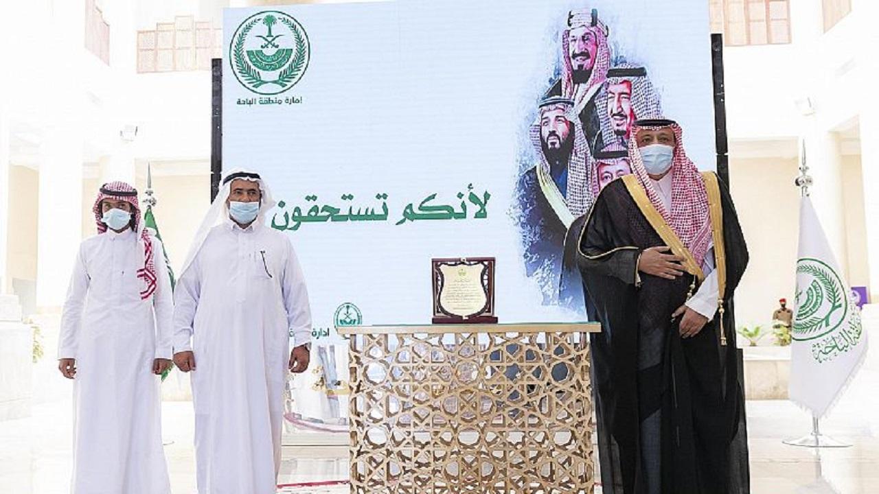أمير الباحة يُكرم مواطنين نجحا في إنقاذ 4 آخرين من الغرق