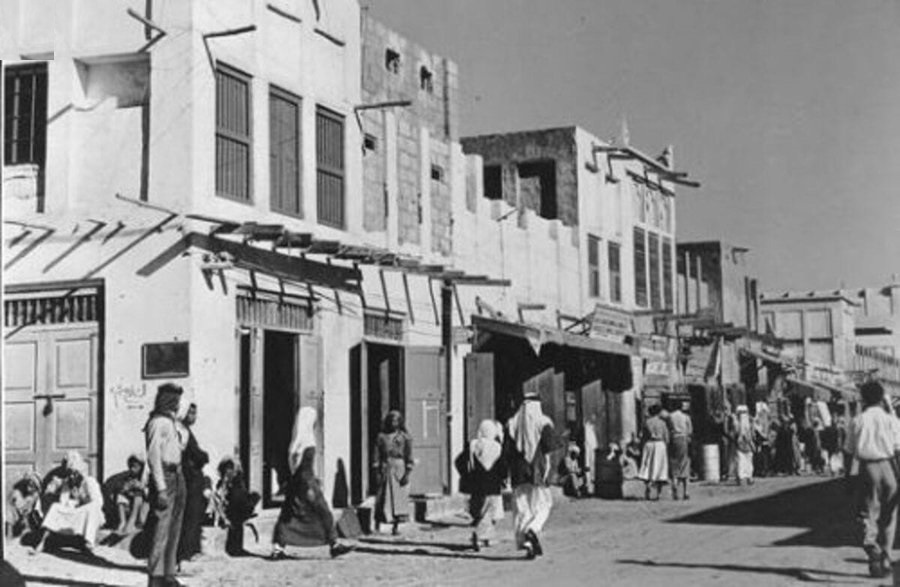 متسوقون يتنقلون في شارع الملك سعود في الخبر