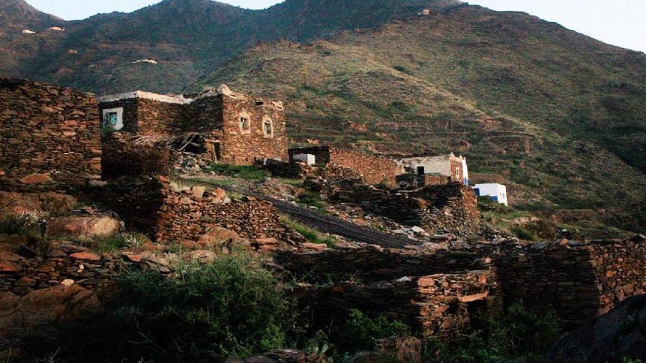 """أجمل الأماكن السياحية.. صورة لجبل """"هادا"""" شرق محايل عسير"""