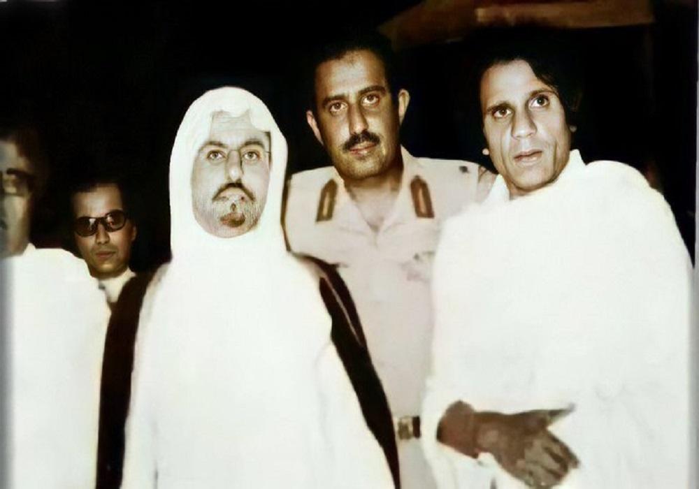 عبدالحليم حافظ بملابس الإحرام برفقة «مطوف الملوك والرؤساء» ومدير شرطة مكة آنذاك