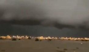 بالفيديو .. البرق يخترق سحابة مهيبة تغطي سماء الخرمة