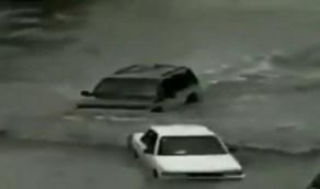 شاهد..مقطع نادر لسيارات تغرق في مياه الأمطار بالرياض قبل 26 عامًا