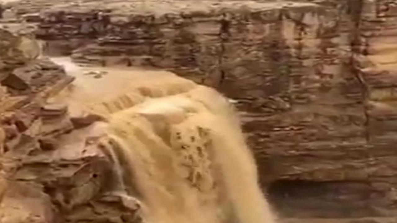 شاهد... منظر خلاب لتدفق المياه من شلالات الداهنة بالرياض