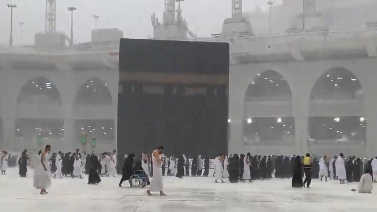 شاهد.. أمطار الخير في مكة ترسم لوحة روحانية